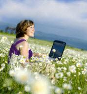 Vrouw met laptop op zoek naar werk
